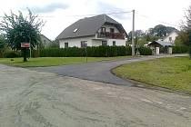 Povrch komunikace na ulici Luční (na fotografii) opravili v Sudicích na vlastní náklady.