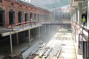 Přeměna objektu bývalého pivovaru na moderní společenské centrum Breda & Weinstein vstoupila v úterý uložením symbolického posledního kubíku betonu do druhé poloviny.