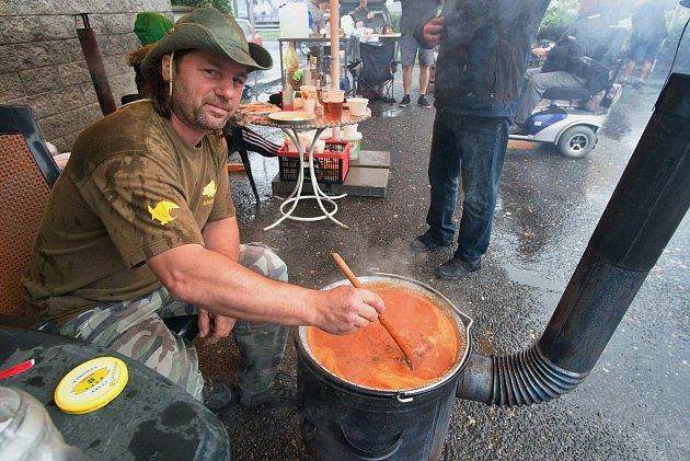 Víkendový šampionát ve vaření kotlíkového guláše vHrabyni nezkazilo ani počasí.