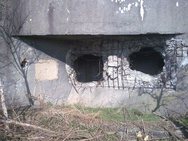 Skleník. Tak se přezdívá tomuto srubu, na kterém německá armáda ověřovala zničitelnost, ale do tohoto stavu se dostal až dlouho po válce.