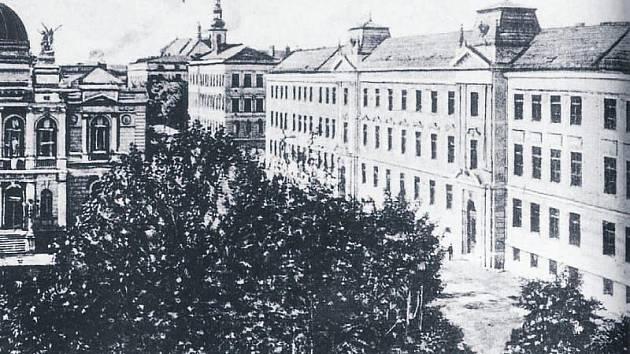 Pohled na budovu Mendelova gymnázia začátkem 20. století.