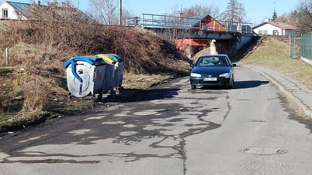 Stará silnice v Opavě je po letošní zimě hodně poškozená.