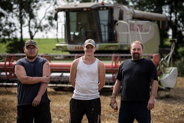Parťáci zpole, zleva traktorista brigádník Pavel Tengler, kmenový traktorista Jiří Janošek, kombajner Martin Lhotský.