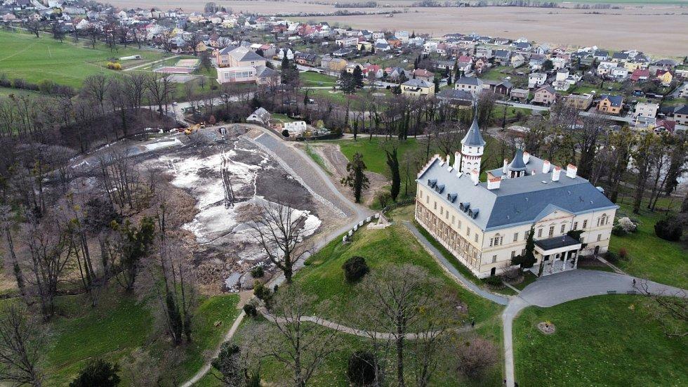 Zámek Raduň nejen pohledem z dronu.