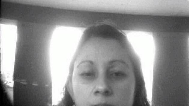 Snímek z bezpečnostní kamery zachytil ženu při manipulaci s ukradenou bankovní kartou.