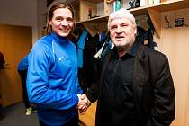 Druholigový fotbalový klub z Opavy ve čtvrtek představil nového sportovního manažera. Půlroční smlouvu se Slezským FC podepsal Karel Jarůšek, který navštívil už i hráče v kabině. Na snímku se zdraví s Františkem Metelkou.