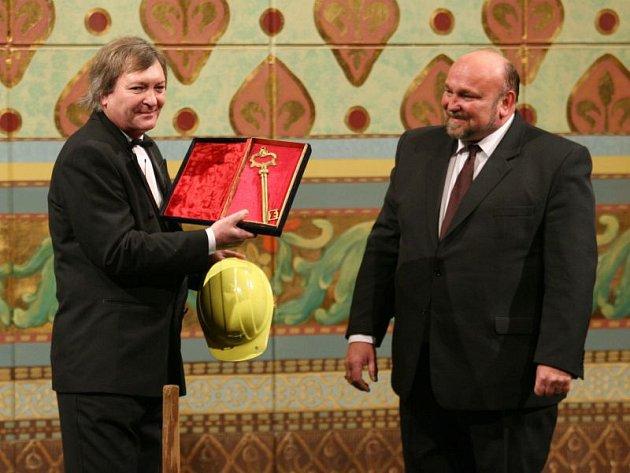 Ředitel Slezského divadla Jindřich Pasker (vlevo) a primátor Opavy Zdeněk Jirásek (ČSSD) při slavnostním znovuotevření divadla po rekonstrukci v únoru 2011.