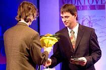 To je on, nový šéf společnosti Sazka, Marek Hájek (vpravo). Na fotografii je při předávání cen ankety o sportovce roku letos 11. března ve Slezském divadle.