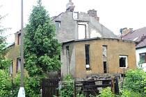 Dům na Vančurově ulici postavený ze všeho, co bylo zrovna po ruce, půjde k zemi.