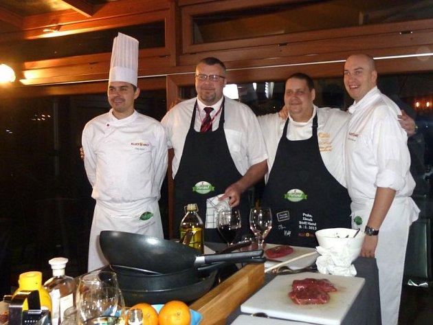 Mezi kuchaři vládla přátelská atmosféra. Opavský učitel Jiří Vizauer je druhý zleva.
