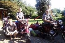 Zleva Roman, Pavel a Milan u svých strojů.