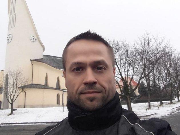 Petr Slavík před hněvošickým kostelem.