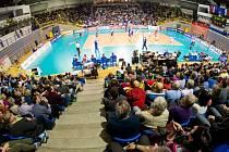 Pohled shora na zaplněnou halu a palubovku při zápase Čechů s Bulharskem.