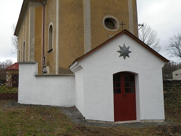 Kaplička u Mokřinek byla opravena.