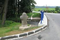 V Dolních Životicích stojí smírčí kříž na břehu říčky Hvozdnice.