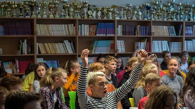 Studenti Základní škola Englišova při sledování zápasu (osmifinále, skupina K) Řecko - Česko 84:77 v basketbalu, 9. zaří 2019 v Opavě.