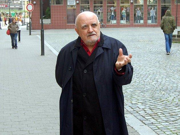 Režisér, pedagog a básník. Miloš Horanský v sobě nezapře tvůrčí elán, který dělí mezi divadlo, studenty a poezii.