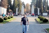 Už ve čtvrtek byl Městský hřbitov v Opavě zaplaven tisíci návštěvníků. Ten hlavní nápor přitom teprve nadejde dnes a o víkendu.