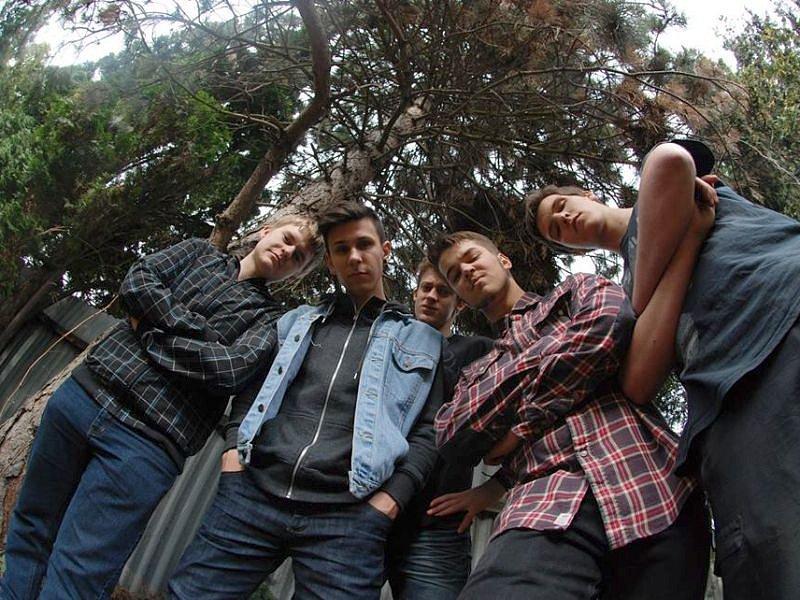 Kapela Reason to Wait. Zleva: Jaroslav Kroutil (kytara, klávesy), Michael Kotzur (kytara), Lukáš Klocek (zpěv), Marek Rygel (baskytara), Pavel Hub (bicí).