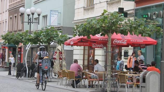 Restaurační zahrádky v Ostrožné ulici přes léto nedostatkem hostů rozhodně netrpěly. Tyto prázdniny byly pro provozovatele úspěšným obdobím.