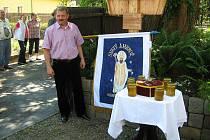 Petr Barč nabízel na své akci mimo jiné i med.