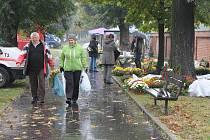 Dušičky jsou vždy příležitostí pro prodejce květin a smutečních předmětů, ale také velkou šancí různých zlodějů, kteří neváhají takové věci brát z náhrobků druhých.