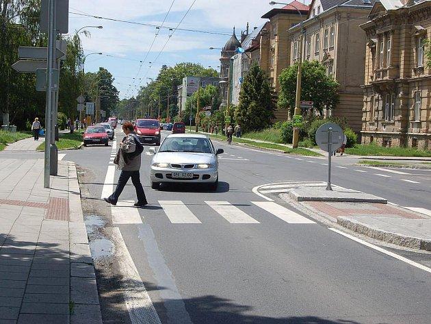 Až zaprší, louže na přechodu pro chodce na Olomoucké u Lidlu se opět stane velkou překážkou. Na stavbě tohoto zbrusu nového přechodu je odvedena špatná práce.