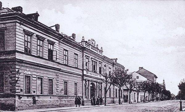 Původní opavská šatlava, kam se zavírali delikventi, byla umístěna vradnici. Později vznikla věznice vMasařské ulici a po jejím zrušení se přestěhovala vroce 1888do budovy bývalých kasáren vKrnovské ulici.