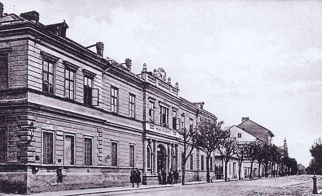 Původní opavská šatlava, kam se zavírali delikventi, byla umístěna v radnici. Později vznikla věznice v Masařské ulici a po jejím zrušení se přestěhovala v roce 1888 do budovy bývalých kasáren v Krnovské ulici.