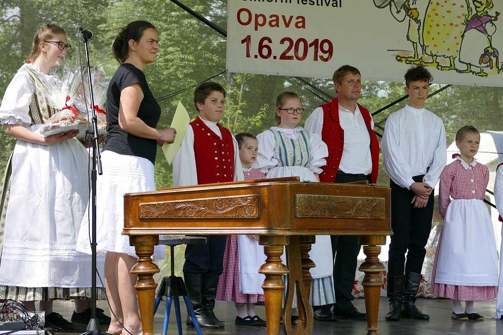 Soňa Wenzelová (druhá zleva).