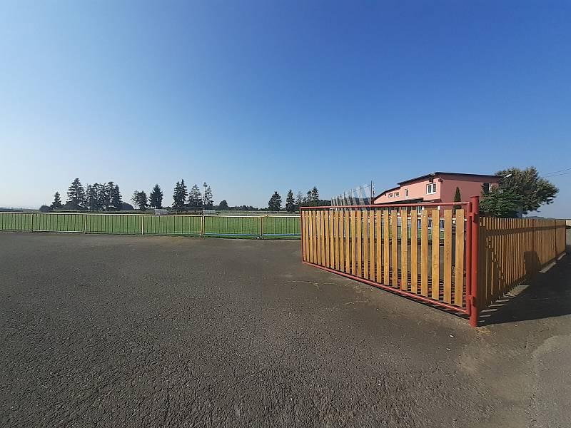 Fotbalové hřiště se zázemím.