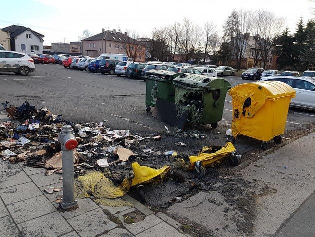 Snímky spálených kontejnerů na Ruské ulici.