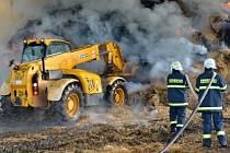 Hasiči při hašení požáru stohu v Bratříkovicích.