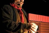 Emil Navrátil během představení O Červené karkulce, které uvidíme i v Opavě.