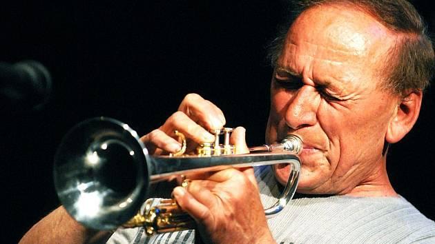 Jazzový trumpetista Laco Déczi bude koncertovat v Opavě. Nejspíš to však bude jeho poslední koncert. Vinárna U Přemka, kde vždy vystupoval, bude do konce roku zavřena. Décziho doprovodí Celula New York. Koncert začne ve středu 28. října ve dvacet hodin.