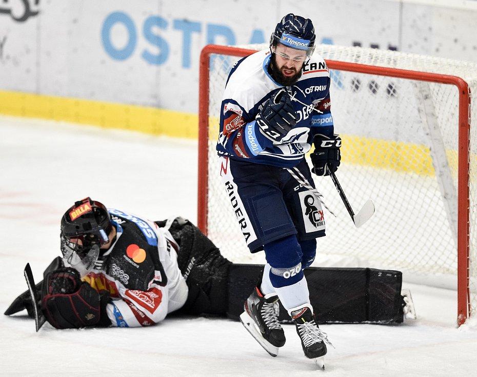 Utkání 17. kola hokejové extraligy: HC Vítkovice Ridera - HC Sparta Praha, 13. listopadu 2020 v Ostravě. (Zleva) Rostislav Marosz z Vítkovic a Brankář Sparty Matěj Machovský.