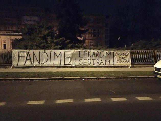 Fanoušci SFC podpořili bojovníky skoronavirem.