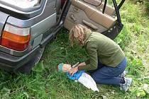 Srdeční masáž se provádí u malého dítěte dvěma prsty.