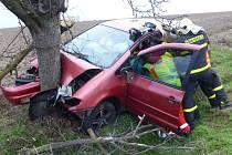 V blízkosti Rohova v pondělí odpoledne došlo k vážné dopravní nehodě. Okolo čtvrté hodiny odpoledne zde do stromu se svým vozidlem narazil třiačtyřicetiletý řidič.