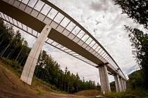 Členitý terén mezi Hrabyní a Velkou Polomí přes údolí potoka Kremlice už překlenuje mostní konstrukce silnice I/11.