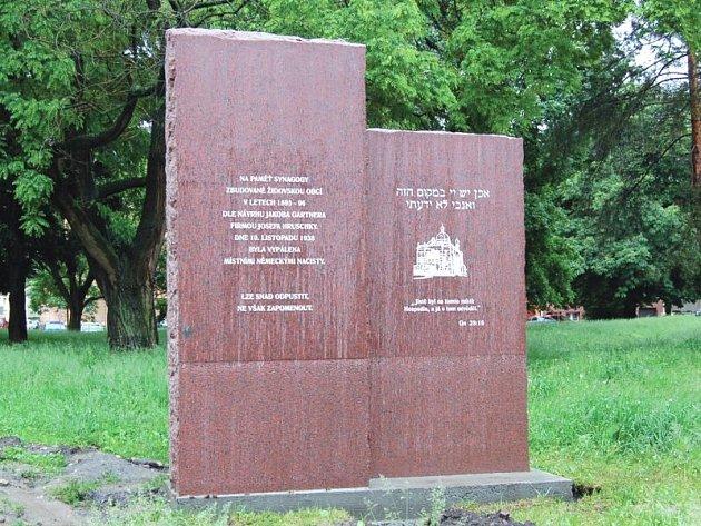 Dva žulové kvádry připomínají bývalou vypálenou synagogu.