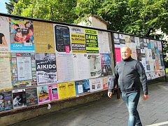 Plakátovací plochy. Na nich najdete kromě oficiálních plakátů i ty nezákonně umístěné.