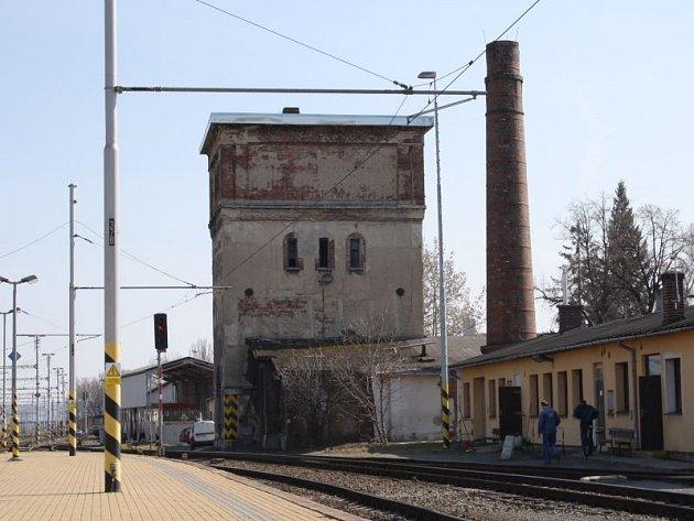 Vodárenská věž na Východním nádraží pochází zroku 1892.Vbudoucnu by vtéto chátrající památce mohla být ale třeba ikavárna a galerie.