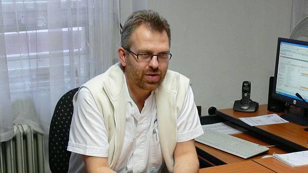 Do Slezské nemocnice přicházejí i odborníci z jiných míst. Jedním z příkladů poslední doby je primář interny Bořek Lačňák, kterého od práce v opavské nemocnici neodrazuje ani nutnost dojíždět do Opavy ze Šternberku.