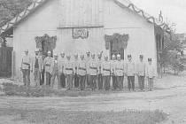 HISTORICKÝ snímek, který vznikl při slavnostním otevření hasičské zbrojnice v roce 1911 v Kamenci.