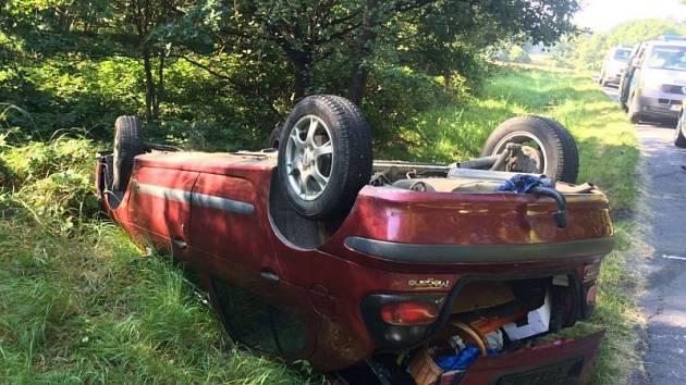 Dvaašedesátiletý řidič Renaultu Megané při ujíždění před policisty obrátil svůj vůz na střechu.