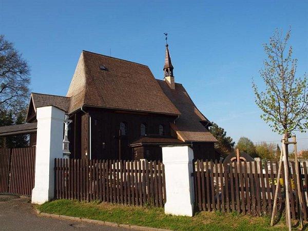 Hněvošický kostel je unikátní vtom, že je postaven ze dřeva.
