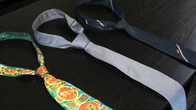 Trojice kravat od známých sportovců. Barevná kravata Petra Czudka, uprostřed vázanka Davida Lafaty a tmavá kravata vzadu je Pavla Vrby.