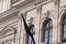 Rok po smrti emeritního člena činoherního souboru Slezského divadla Emanuela Křenka se na divadelní budově znovu objevila černá vlajka. Tentokrát oznamuje smrt bývalého koncertního mistra Jiřího Crhy.