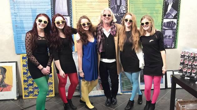 Zdeněk Kočík se zúčastnil i vernisáže výstavy Andyho Warhola 15 minut slávy v Domě umění. Obklopen byl stylově oblečenými hosteskami.